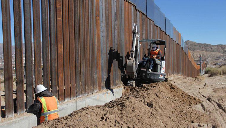 Op de grens van Mexico en de VS, nabij Ciudad Juárez, wordt aan de muur gewerkt. Beeld AFP