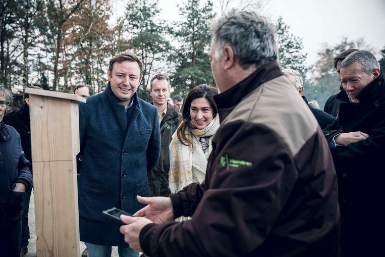 Vlaams minister van Omgeving Zuhal Demir en burgemeester Bob Nijs plaatsen samen een nestkastje.