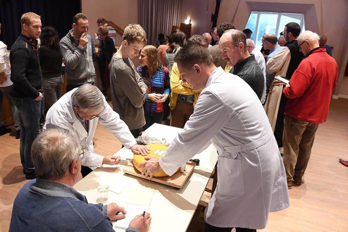 De kaas wordt onderzocht bij Bronlaak in Oploo.