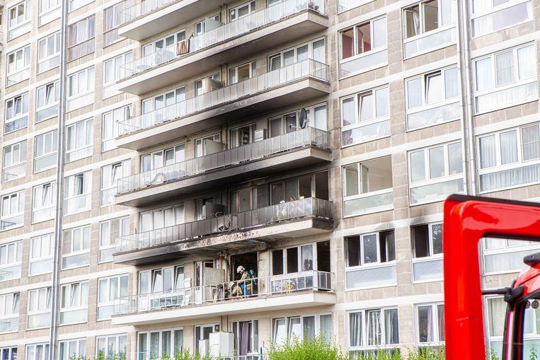 Het appartement met de brandweermannen op het balkon brandde volledig uit. Ook bij bovengelegen appartementen is er aanzienlijke schade.