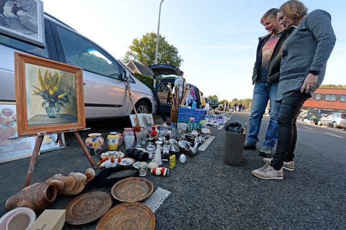 Kofferbakverkopen zijn populair in de regio. Dit is een verkoop in Eibergen.