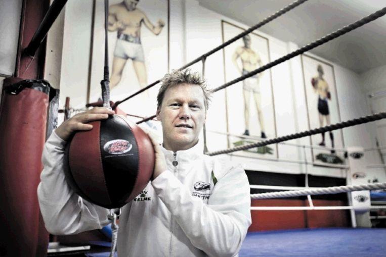 Ton Dunk, bondscoach van de Nederlandse vrouwenboksers. Op de achtergrond: oude affiches van Nederlandse boksgala?s. ( FOTO ARIE KIEVIT ) Beeld Arie Kievit