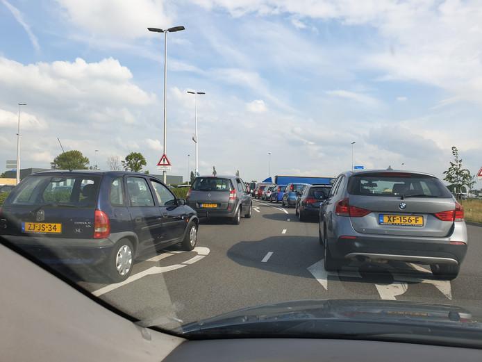 Verkeersinfarct in Nijmegen door grote brand en concert Phil Collins. Hier de rotonde voor De Oversteek.