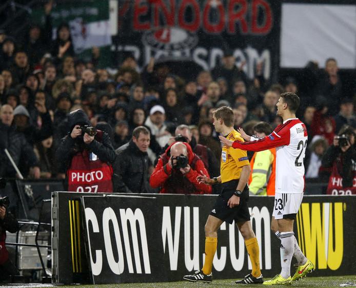 Khalid Boulahrouz probeert in de return tegen AS Roma het publiek te kalmeren. De wedstrijd werd tijdelijk stilgelegd, Feyenoord werd aangeklaagd.