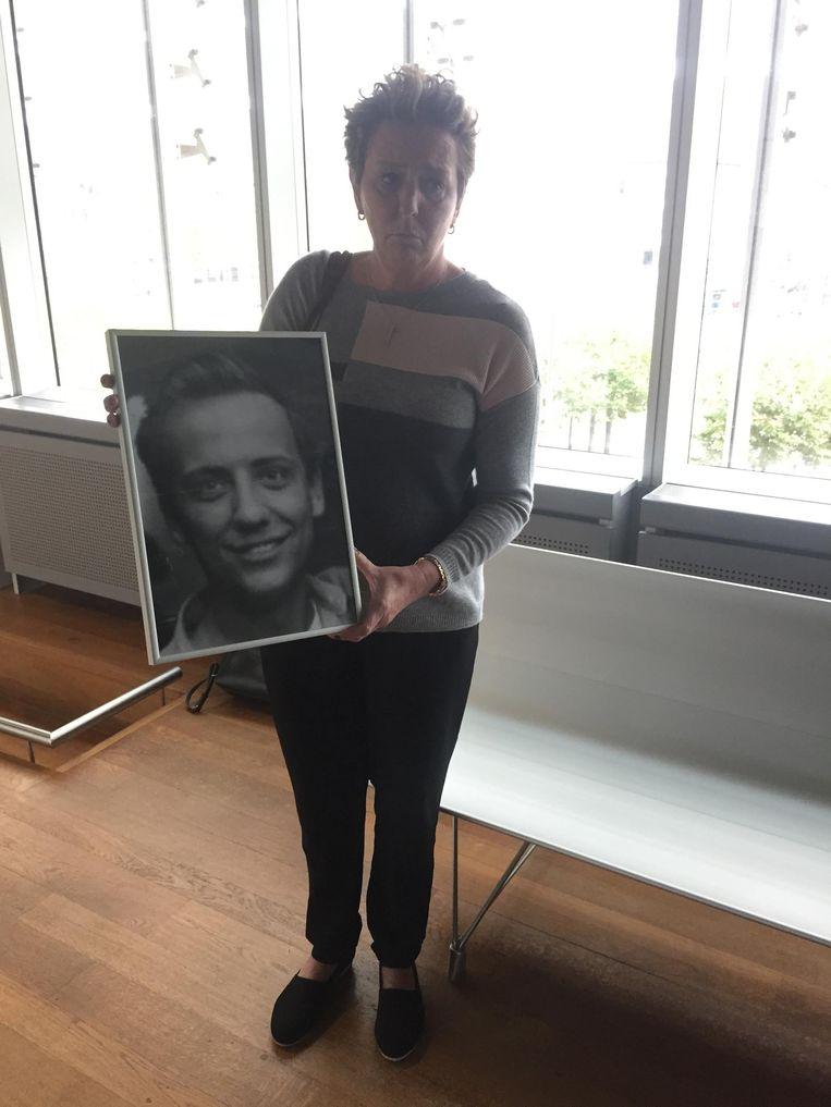 Micheline Duysens, met een foto van haar overleden zoon Didier Bartholomeus.