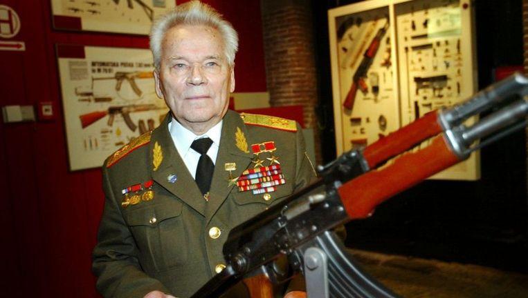 Michail Kalasjnikov met zijn wapen. Foto EPA Beeld