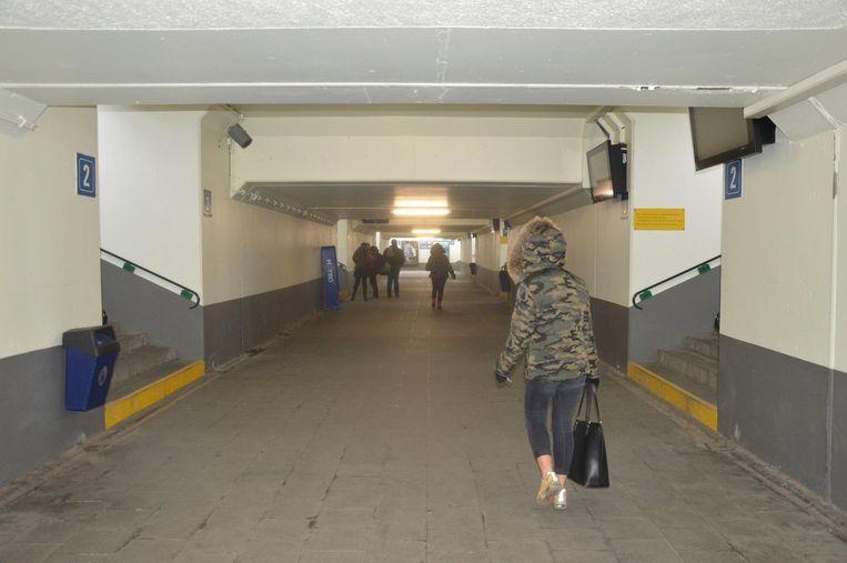 In de oostelijke reizigersonderdoorgang komen er liften naar de perrons.