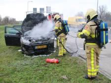 Rijdende auto vliegt in brand op Knardijk