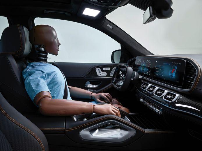 In dit onlangs gepresenteerde studiemodel van Mercedes, Experimental Sicherheits Fahrzeug (ESF), is ook al een rechthoekig stuur te zien.