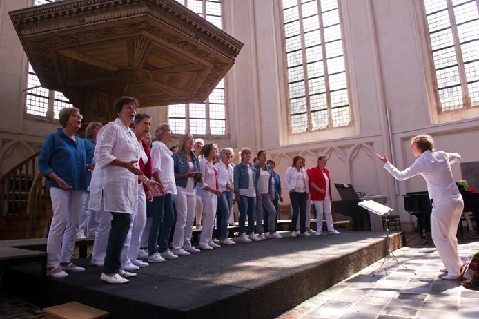 Een van de 166 koren van Middelburg Vólkoren 2016. Vrouwenkoor Close 4 You zingt lichte populaire muziek in de Koorkerk.