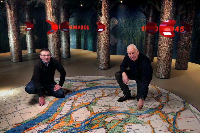 Conservator Alfons van Bokhorst (l) en museumdirecteur Peter van Beek en bij een gedetailleerde Biesboschkaart. ,,Veel gemeenten bleken tóch een bijzonder oorlogsverhaal te kunnen vertellen.''