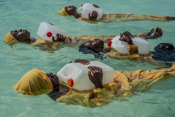 Zwemles voor islamitische vrouwen in het noorden van Zanzibar. Foto Anna Boyiazis