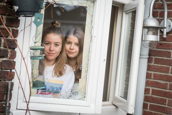 De zussen Nina en Julia (gekleurde strepen) Nootenboom bij het raam waar ze de inbreker betrapten.