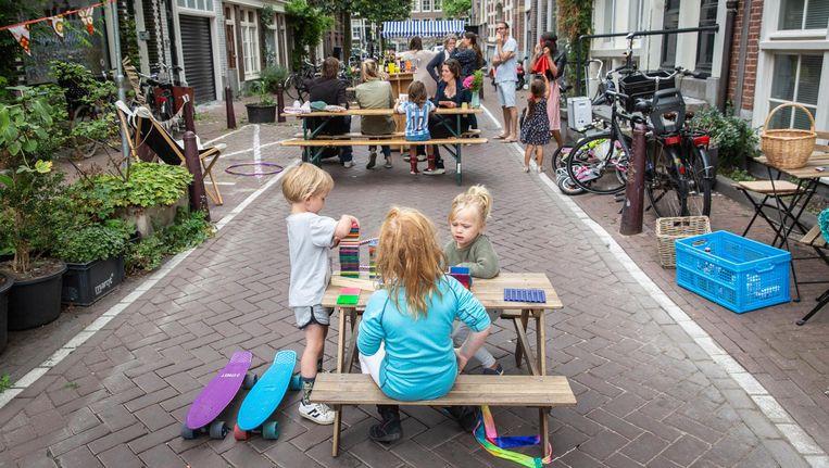 Buren treffen elkaar bij de picknicktafels in de Noorderdwarsstraat Beeld Dingena Mol