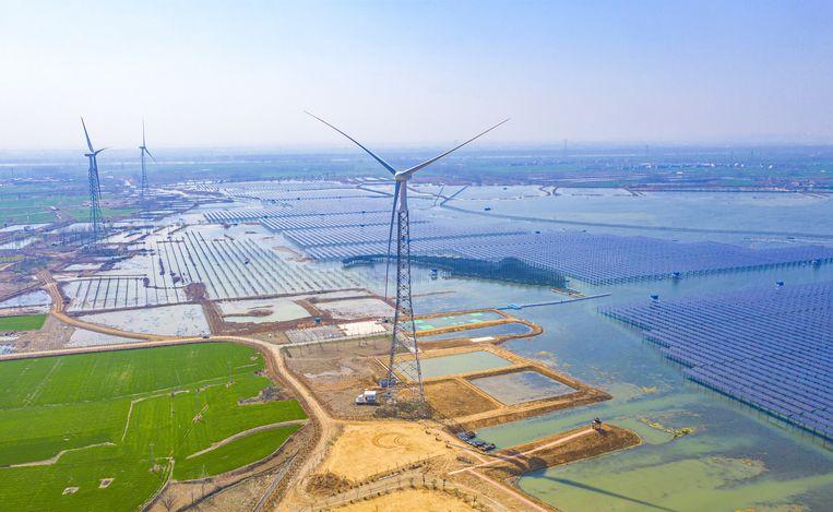 Zonnepark annex viskwekerij in China. De lage olieprijzen maken projecten als dit minder aantrekkelijk. Beeld Barcroft Media via Getty Images