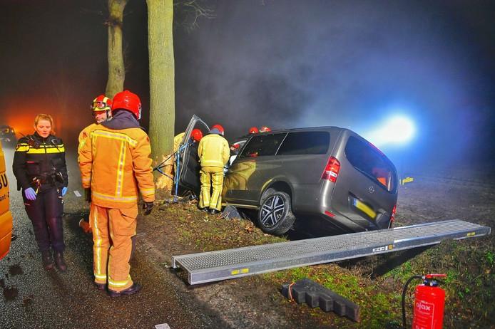 De auto na het ongeluk op de Kromhurken in Bergeijk.