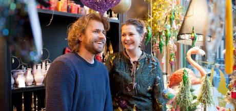 Kerstboomhanger van iconische Lebuinuskerk maakt van Kerst pop-up shop groot succes
