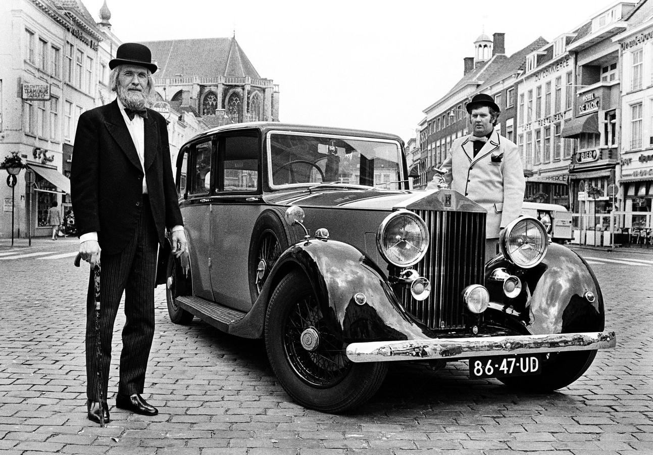 Vader Abraham poseert in 1972 met zijn Rolls Royce op de Grote Markt in Breda, samen met Bram Stukje van zijn begeleidingsgroep de Goede Zonen.