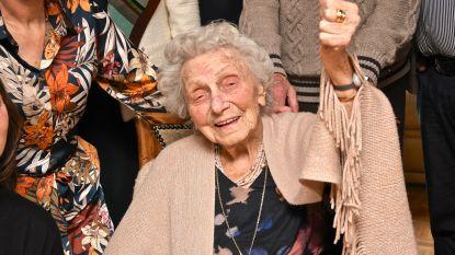 Camilla blaast 103 kaarsjes uit en woont nog steeds thuis