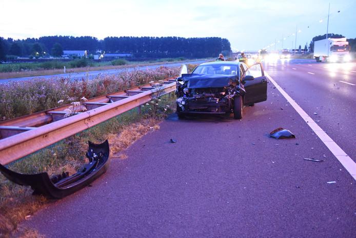 Een zwaar beschadigde auto werd achtergelaten op de vluchtstrook op de A12. Van de bestuurder ontbreekt nog elk spoor.