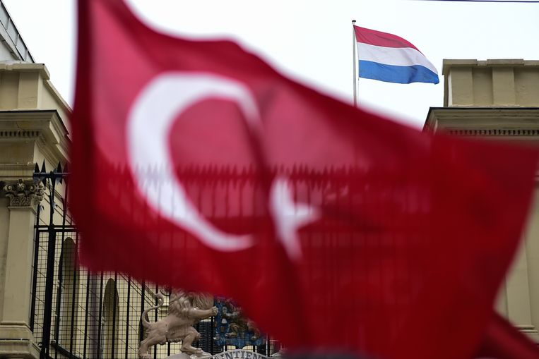 Een Turkse vlag voor het Nederlandse consulaat in Istanbul. Beeld afp