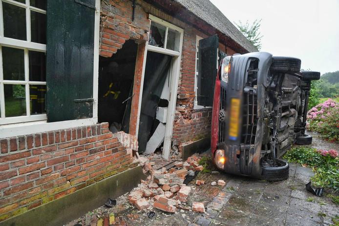Ravage na ongeluk op Schoorstraat in Udenhout