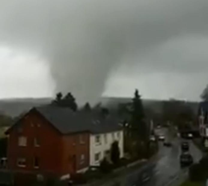 Een tornado beschadigde zo'n dertig woningen in Roetgen, vlakbij de Nederlandse grens.