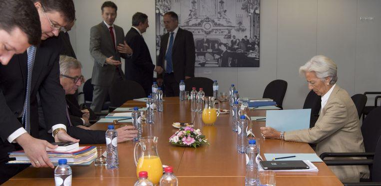 IMF-topvrouw Christine Lagarde met de andere geldschieters, bij hun vergadering vanmiddag.