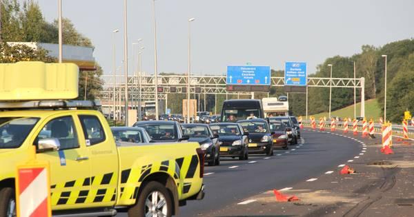 Auto rijdt tegen afzetpaaltjes op A1 bij Holten, ongeluk leidt tot file.