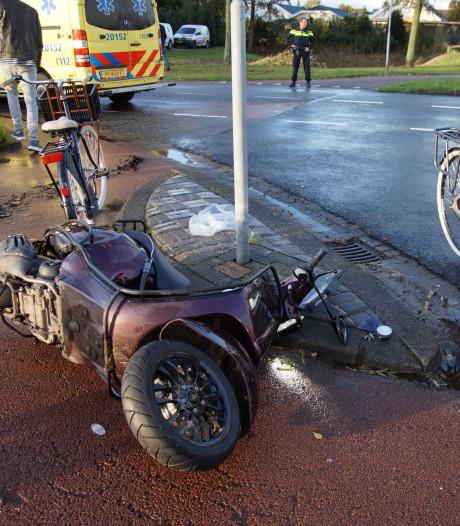 Fietser en scooterrijder gewond na botsing in Waalwijk