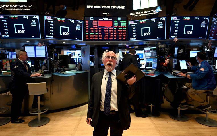 Een beurshandelaar op Wall Street ziet de koersen meteen na de opening alweer kelderen. Beeld null