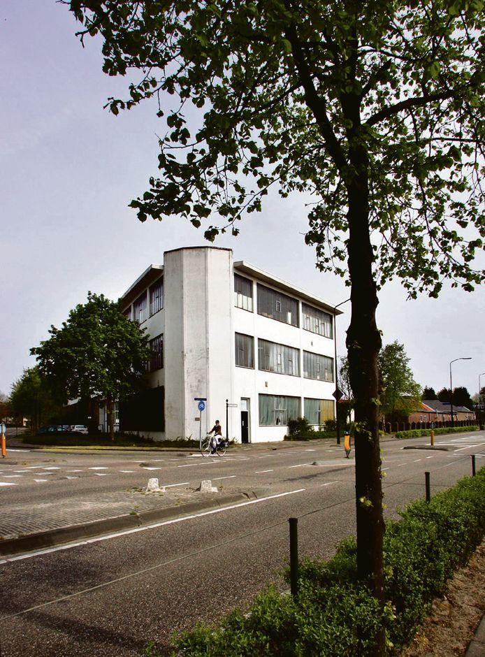 Op de hoek voor het oude Twekagebouw komt een rechtsaf-strook om de Nuenenseweg op te draaien.