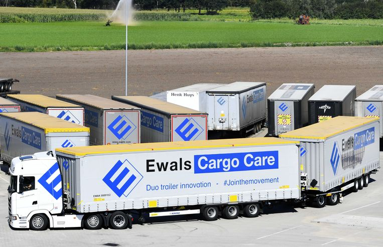 De Super EcoCombi (SEC), een nieuwe vrachtwagencombinatie van in totaal 32 meter, wordt getest in het Nederlandse wegtransport. Het gebruik van de SEC moet leiden tot verhoogde efficiëntie en verdere verduurzaming van transport. Beeld ANP