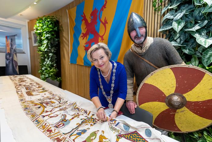 Burgemeester Annemiek Jetten neemt de laatste steek van het Tapijt van Vlaardingen voor haar rekening.