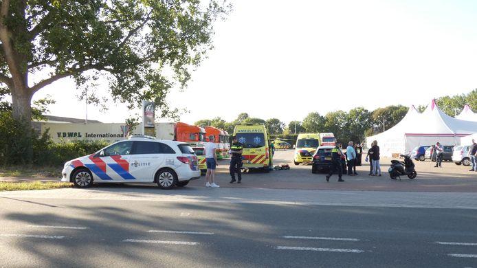 Hulpdiensten op de Bosschebaan (N324) in Velp (Noord-Brabant) na het ernstige ongeluk.