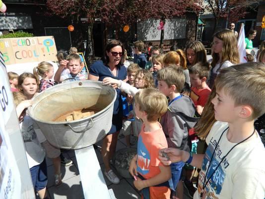 De kinderen gooien ook symbolisch een steen in een weegschaal, om zo letterlijk meer gewicht in de schaal te leggen.