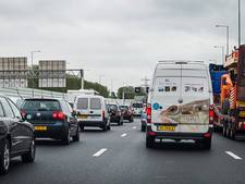 Snelwegen rond Arnhem en Nijmegen lopen vol door vakantieverkeer en ongeluk