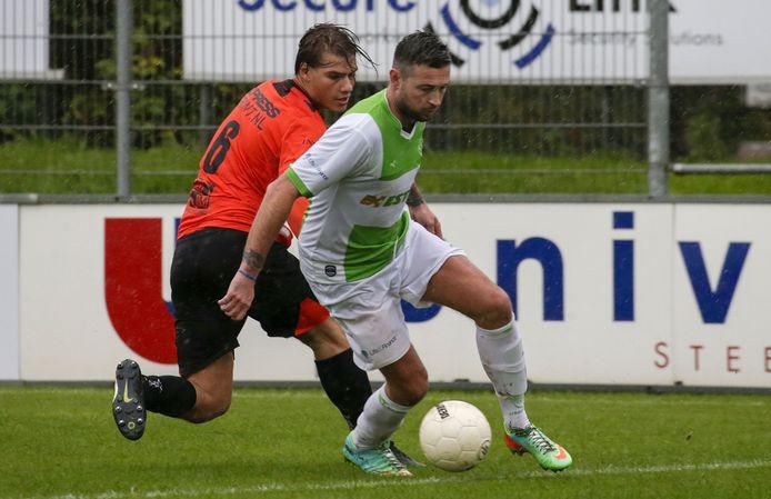 Smitshoek en Spijkenisse speelden dit seizoen al eerder tegen elkaar in de zaterdaghoofdklasse. Jochem van den Biggelaar (6) is hier in duel met Marvin van der Pluijm van Spijkenisse.