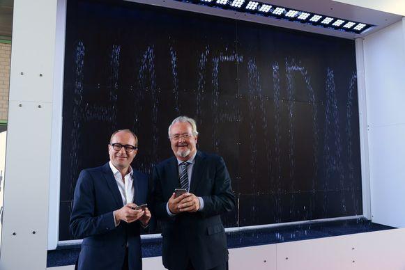 Ben Weyts en Marc Van Peel voeren het woord 'havendag' in op de watervalinstallatie.
