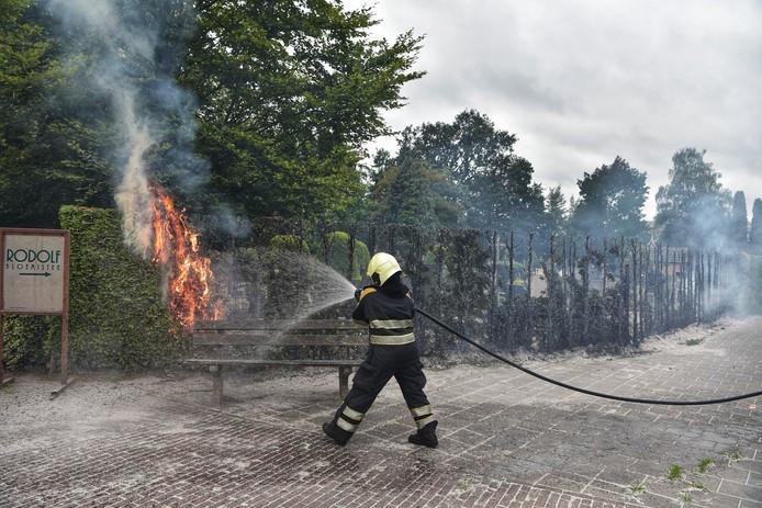 Tientallen meters heg brandden af.
