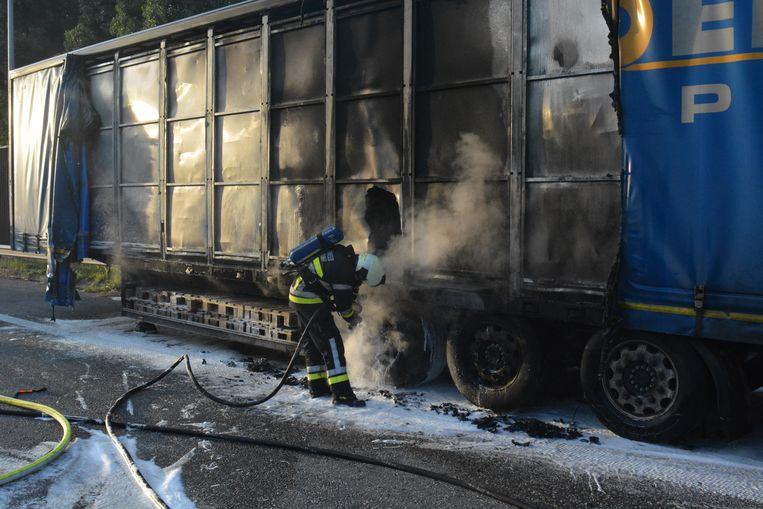 De brandweer kon voorkomen dat de volledige oplegger uitbrandde.