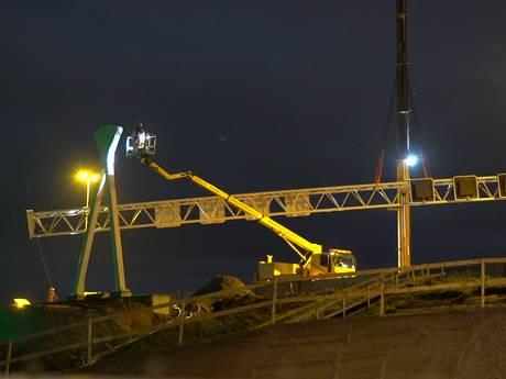 Spectaculair hijswerk boven de A1 bij Deventer