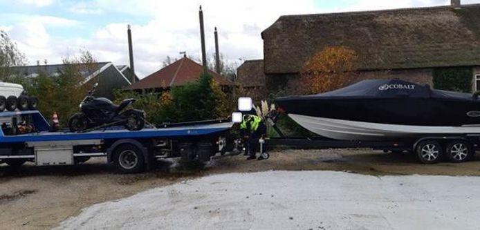 Bij de inval maandag in een bedrijfsloods Alphen nam de politie een motor en een boot in beslag.