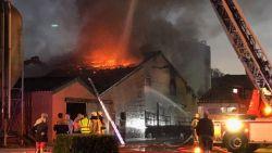 Duizend biggetjes sterven bij uitslaande brand op boerderij in Jabbeke. Ramptoeristen belemmeren brandweer