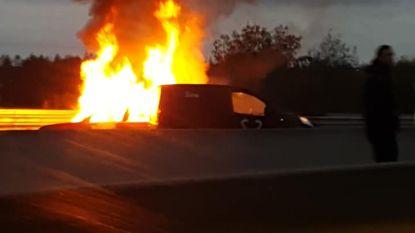 Voertuig in brand op E34: spectaculair, maar geen zwaargewonden