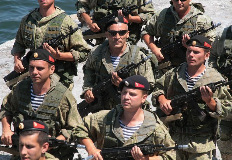Russische mariniers oefenen voor een parade op de Krim. Beeld Reuters