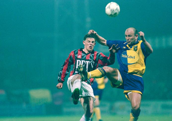 John Stegeman in 1997 namens Helmond Sport in duel met Theo Bos in de kwartfinale van de KNVB-beker tegen Vitesse.