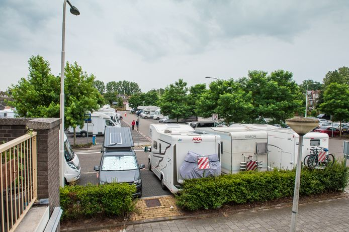 Topdrukte op Klein Amerika, een populaire parkeerplaats voor campers in Gouda. Foto ter illustratie.