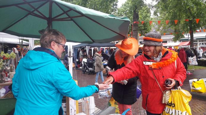 Regen of niet, de Oranjemarkt in Etten-Leur wordt goed bezocht.