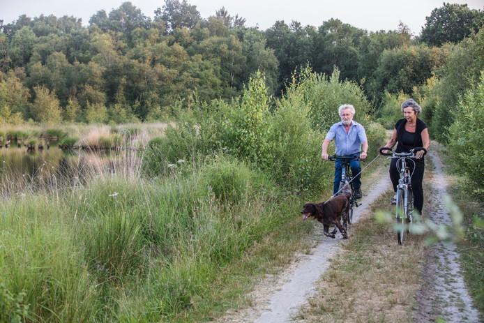Nelly Kastelijn met echtgenoot en hond in de Mariapeel in Helenaveen.